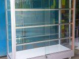membersihkan-kaca-etalase-aluminium