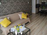 memasang-wallpaper-di-ruangan-sempit