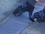 memasang-waterproofing-addhesive